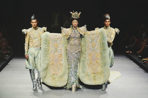 Chinese-couturier-Guo-Pei-at-Asian-Couture-Week-in-Singapore-October-2013