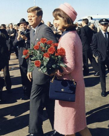 800px-Kennedys_arrive_at_Dallas_11-22-63_(Cropped)